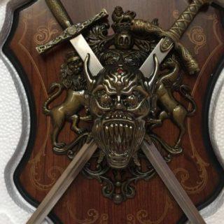"""составные части холодного оружия, в том числе и мечей, названия даются авторами книг в меру своей распущенности. Некоторые названия имеют несколько значений. А именно: """"яблоко"""" это шарообразная деталь на верхушке рукояти меча, а может быть и боевой частью булавы, хотя для боевой части булавы есть своё название: """"било"""". Такую путаницу можно объяснить тем что яблоком от меча также можно наносить серьезные удары. Также противоречие есть между определениями """"эфес"""" и """"рукоять"""" я считаю что это синонимы, но часто рукоятью называют только ту деталь меча за которую меч держат."""